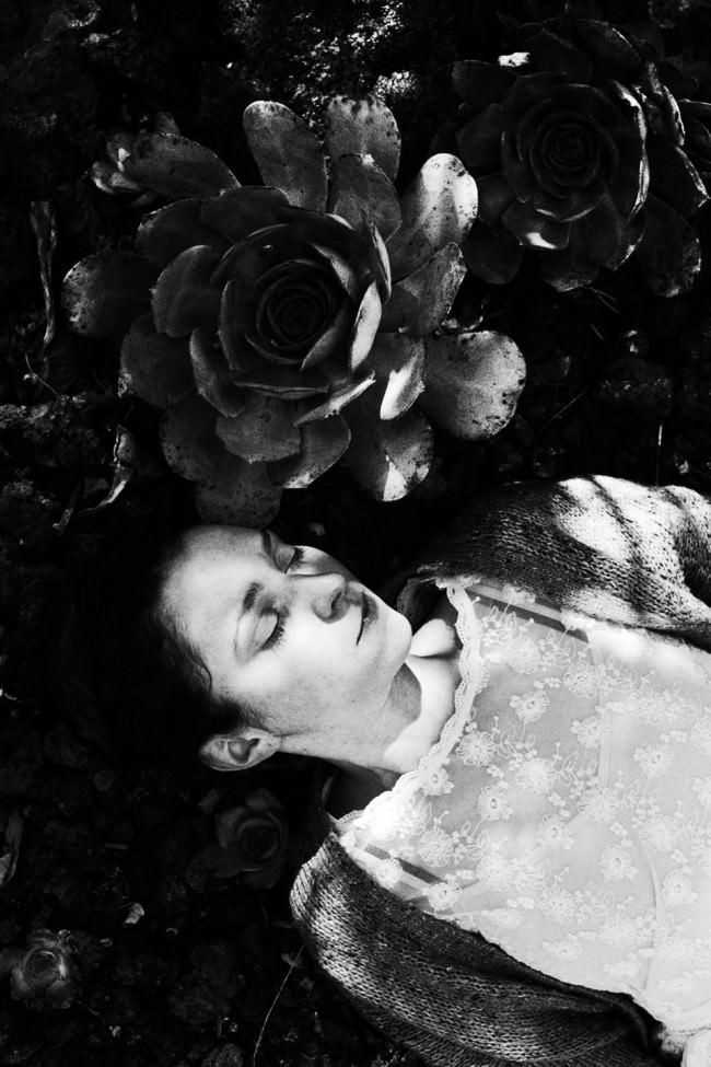 Eine Frau neben einer großen Blüte