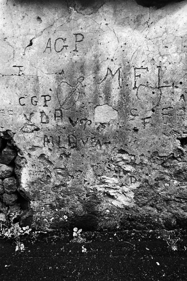 In eine Mauer geritzte Buchstaben.