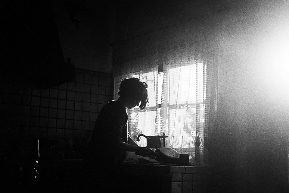 Eine Frau am Fenster.