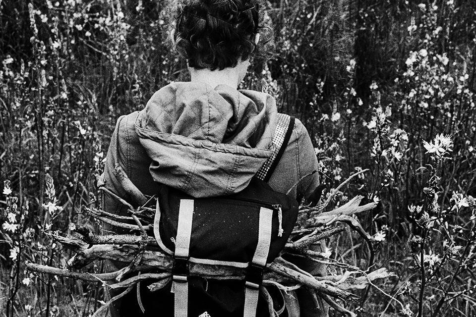 Ein Rucksack voller Holz.