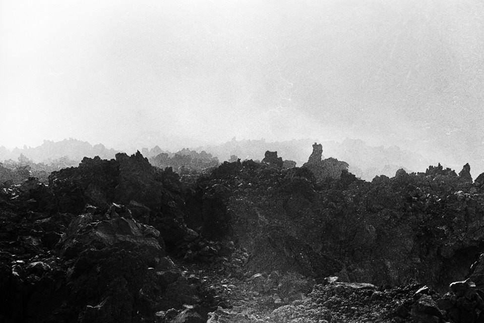 Felsiges Gelände im Nebel.