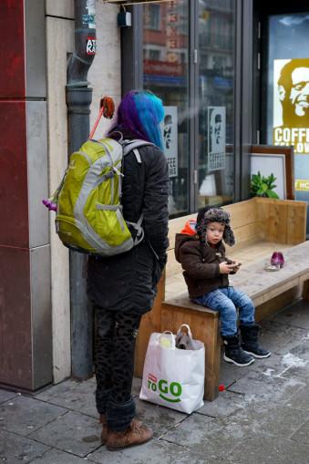 Ein Kind und ein Erwachsener vor einem Laden
