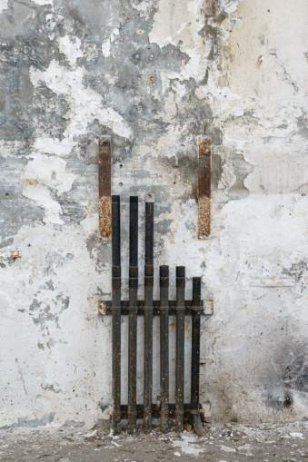 Wand in einer verlassenen Halle