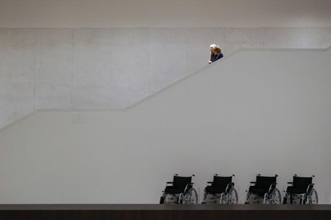 Rollstühle vor einer Treppe