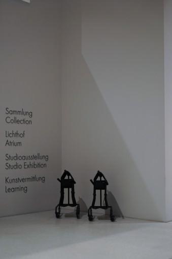Gehhilfen stehen an einer Wand