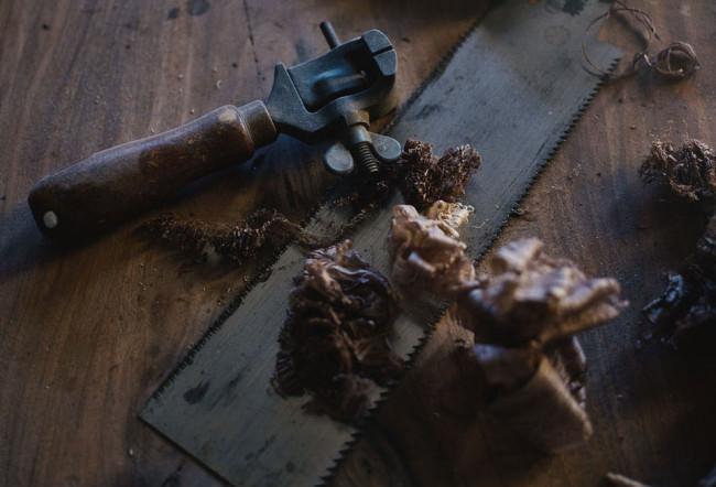 Werkzeug auf einem Holztisch