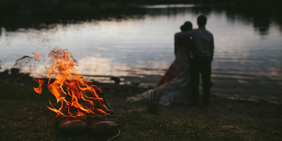 Brennende Schuhe mit Pärchen am See