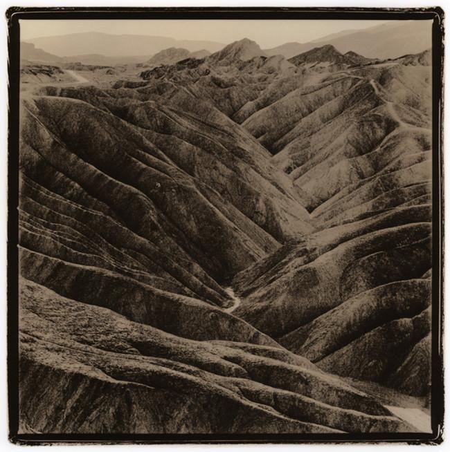 Eine zerklüftete Berglandschaft.