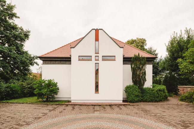 Kirche mit Platz davor