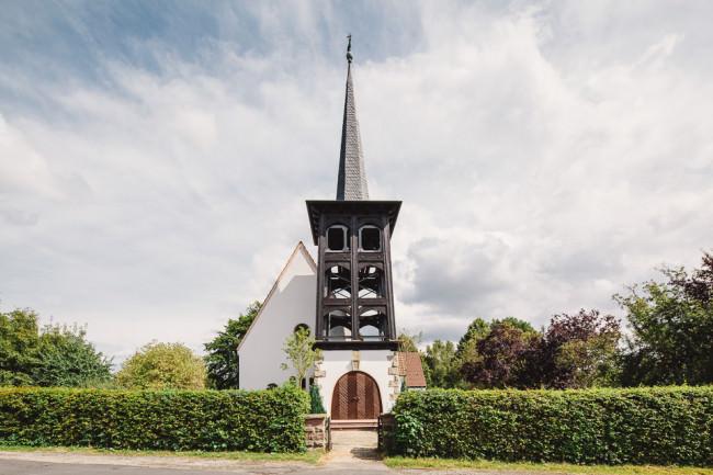 Kirche hinter einer Hecke