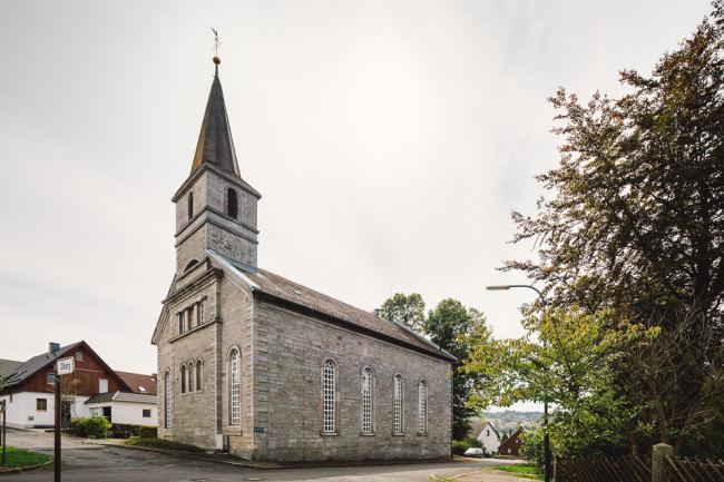 Alte Steinkirche im Dorfzentrum