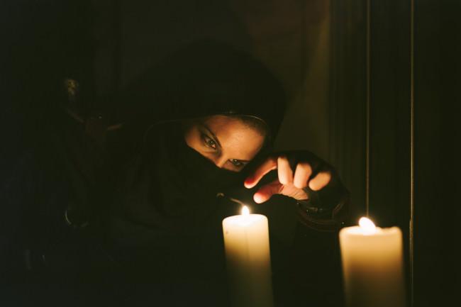 Dieb mit Kerze im Dunkeln