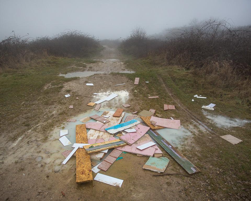 Ansammlung von Müll in der Landschaft.
