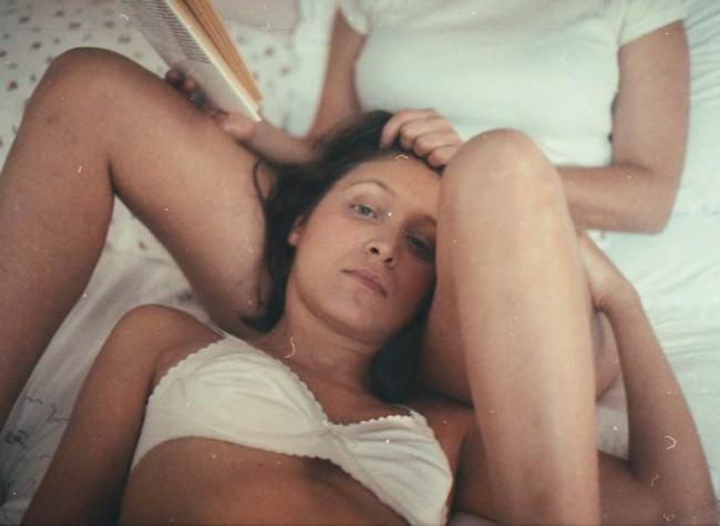 Eine intime Szenerie mit zwei Frauen