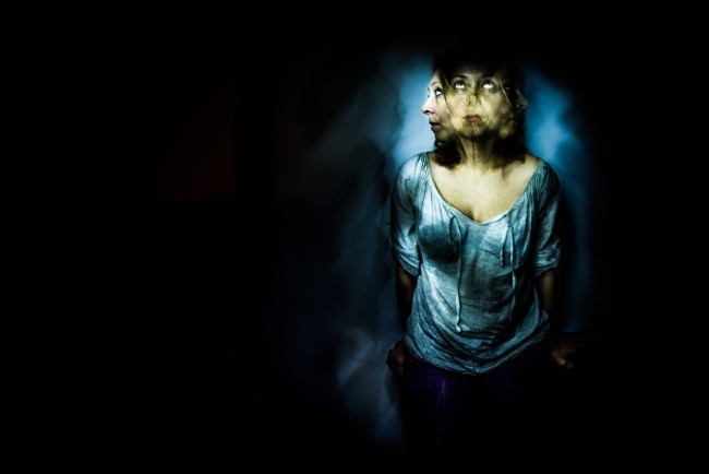 Mehrfachbelichtung einer Frau im Dunkeln.