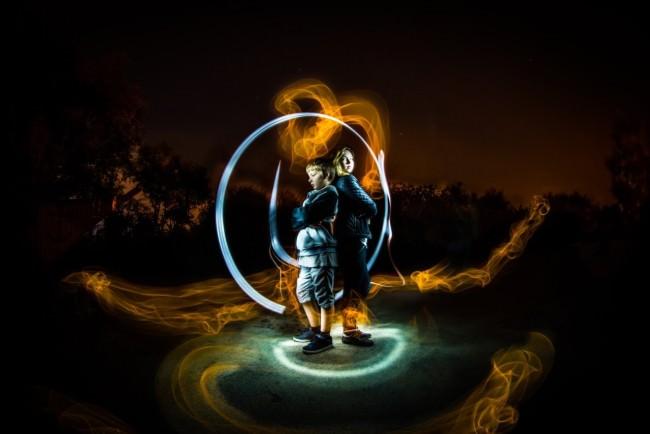 Ein Junge und eine Frau von bunten Lichtkreisen umgeben.