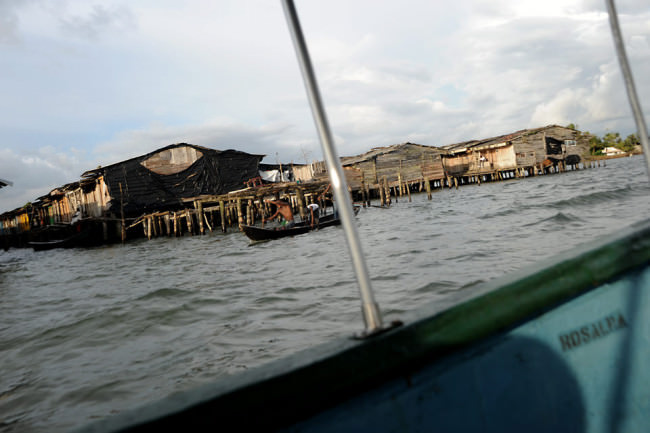 Pfahlbauten von einem Boot aus.