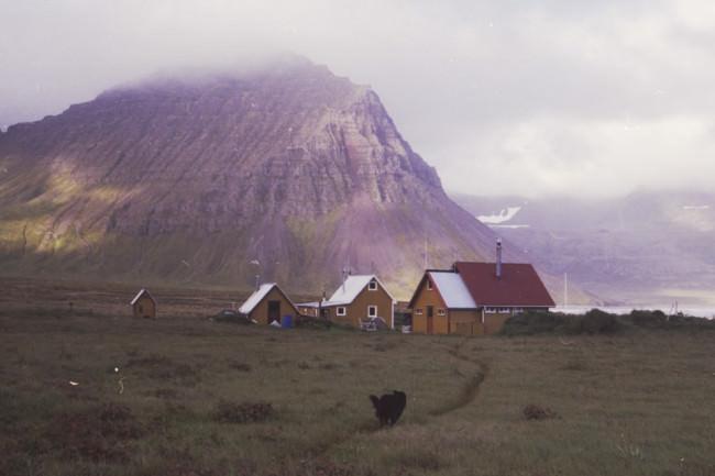 Ein Dorf in Berglandschaft