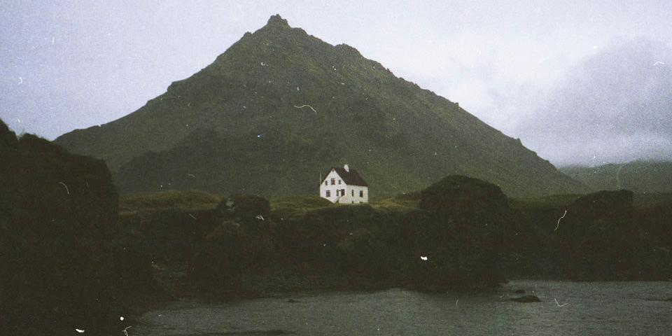 Ein Haus an der Küste Islands