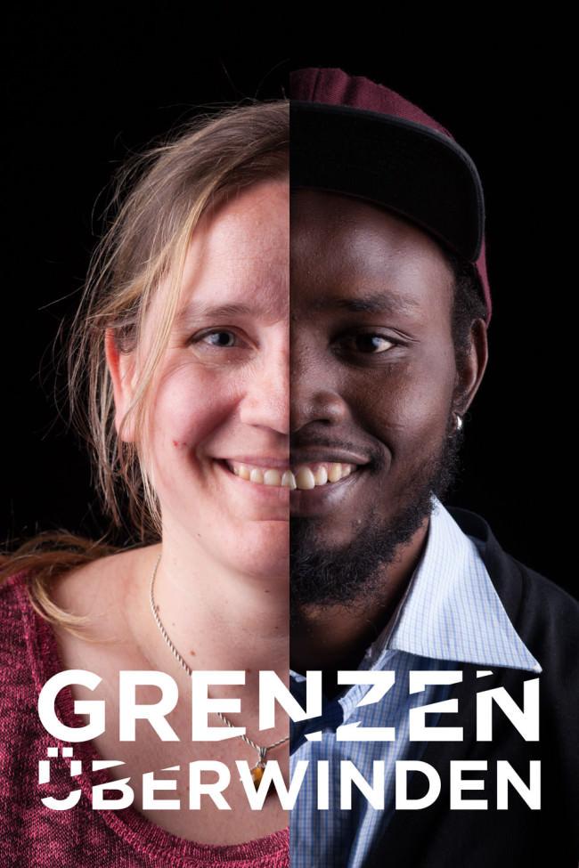 Zwei Menschen aus unterschiedlichen Kulturen teilen sich ein Foto.