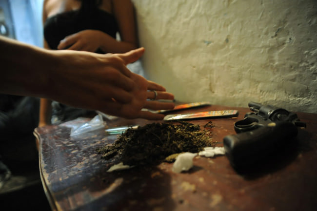 Marihuana auf einem Tisch.
