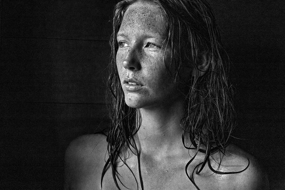 Schwarzweißfoti einer Frau mit nassem Haar.