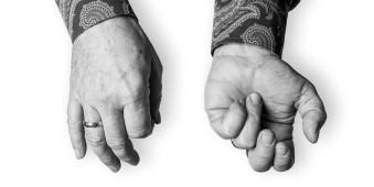 Zwei Hände eines Musikers.