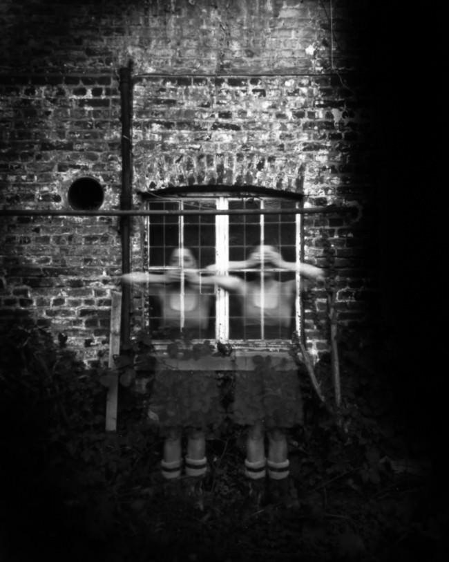 Zwei mal die selbe Frau vor einem Fenster