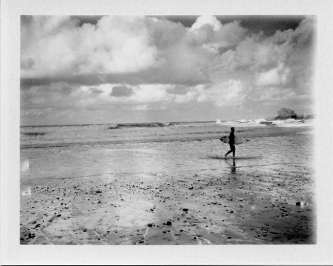 Ein Surfer am Strand