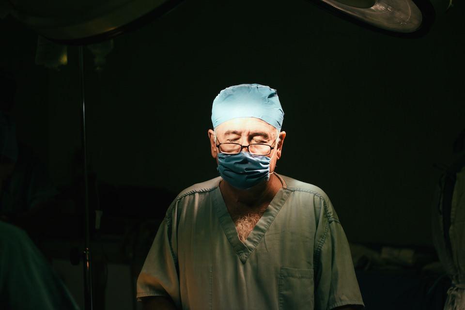 Ein Chirurg mit geschlossenen Augen