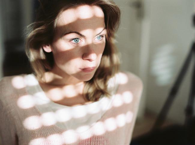 Eine Frau von Lichtperlen beschienen.