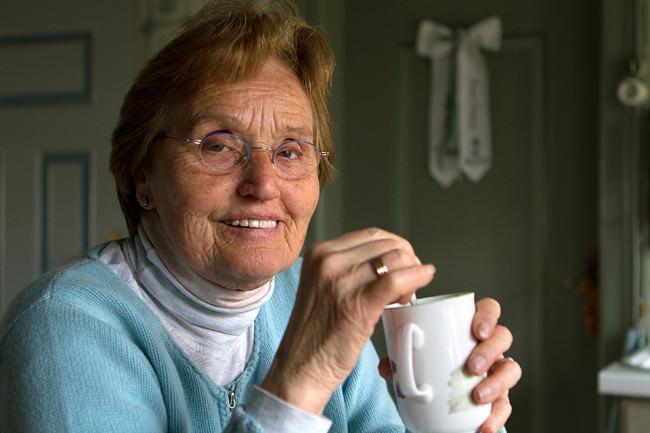 Portrait einer älteren Frau mit einer Tasse in der Hand