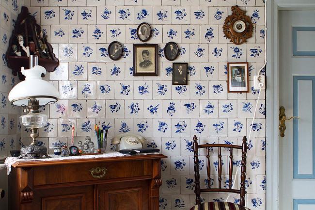 Möbel vor einer gefliesten Wand