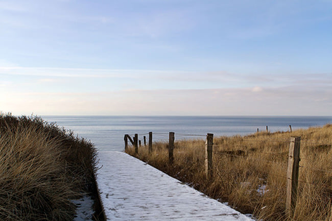 Uferweg mit Blick auf das Meer und den Horizont