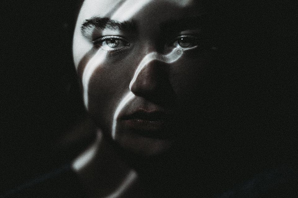 Ein Gesicht, von Lichtreflexen angeleuchtet.