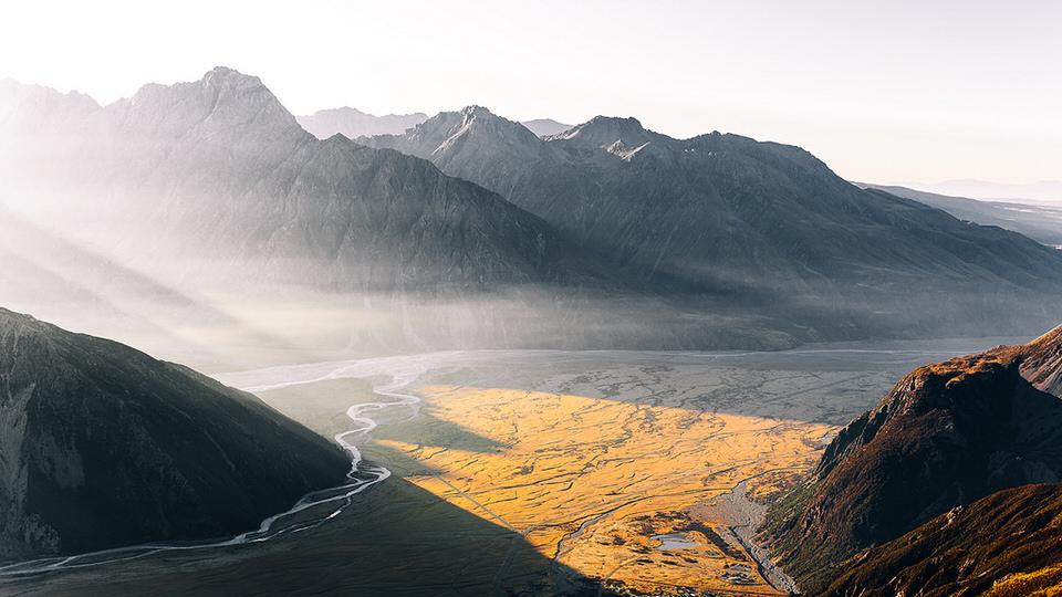 Landschaftsfotografie: Lichtflut durch einen Gebirgszug.