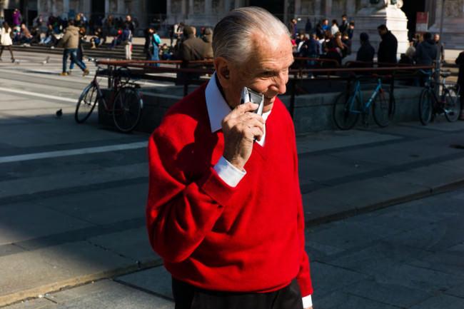 Straßenfotografie: Ein älterer Herr rasiert sich in der Stadt.