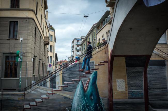 Straßenfotografie: Ein Mann läuft eine Treppe herunter.