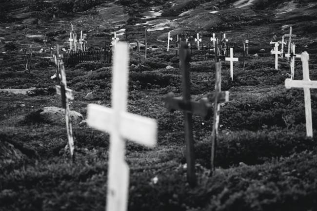 Kreuze auf einer Wiese