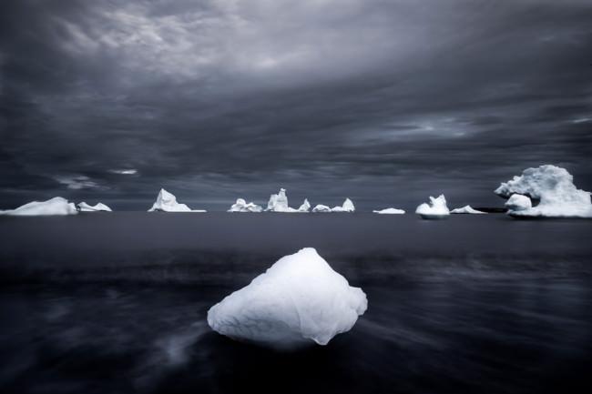 Eisberge an einem schwarzen Strand.