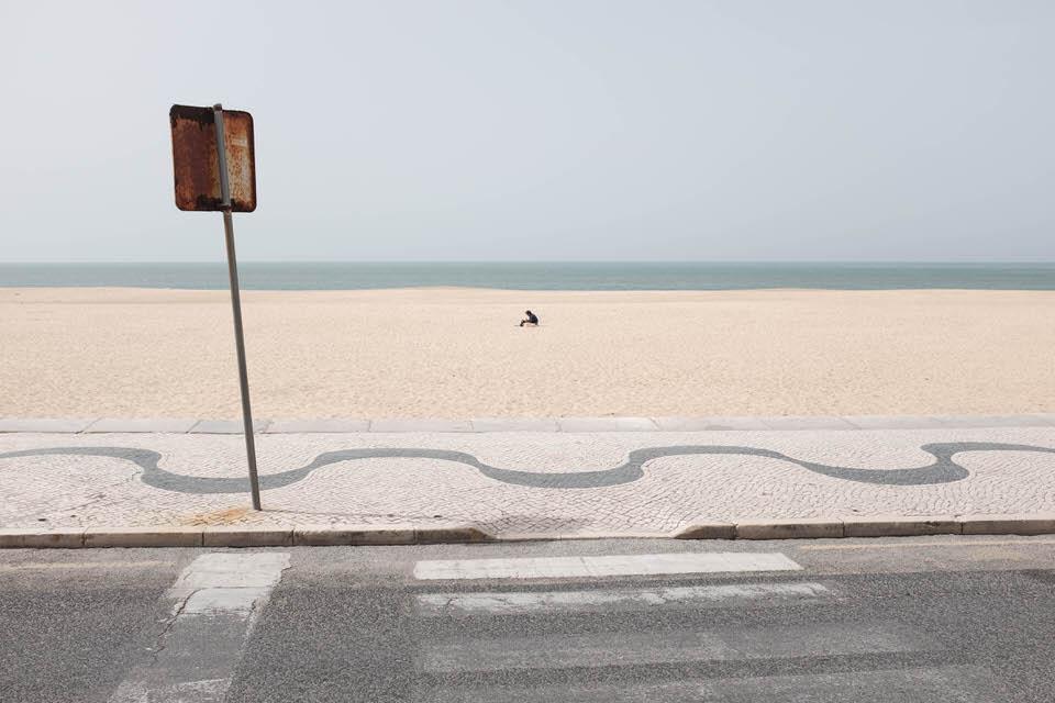 Ein einsamer Mensch am Strande.