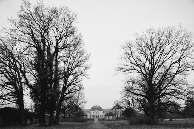 Weg zum Schloss mit Bäumen