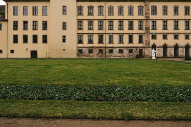 Schlossfenster und Wiese