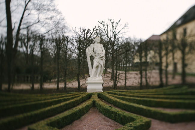 Statue in einem Park, umgeben von einem Muster niedriger Hecken