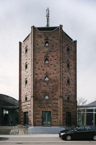 Alter Wasserturm aus Backsteinen