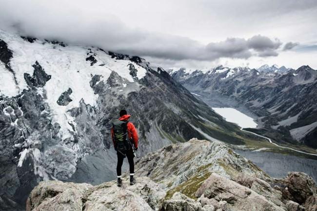 Ein Mensch steht auf einem Berg
