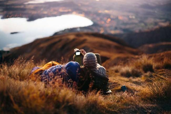 Zwei Wanderer sitzen auf einem Hügel