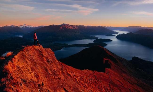 Ein Mensch in der Abenddämmerung auf einem Berg