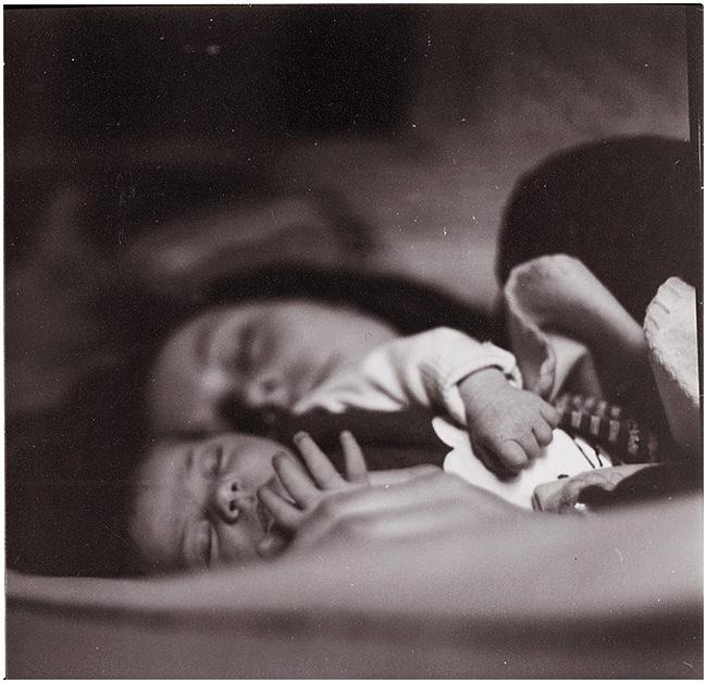 Ein Baby liegt in den Armen seiner Mutter.