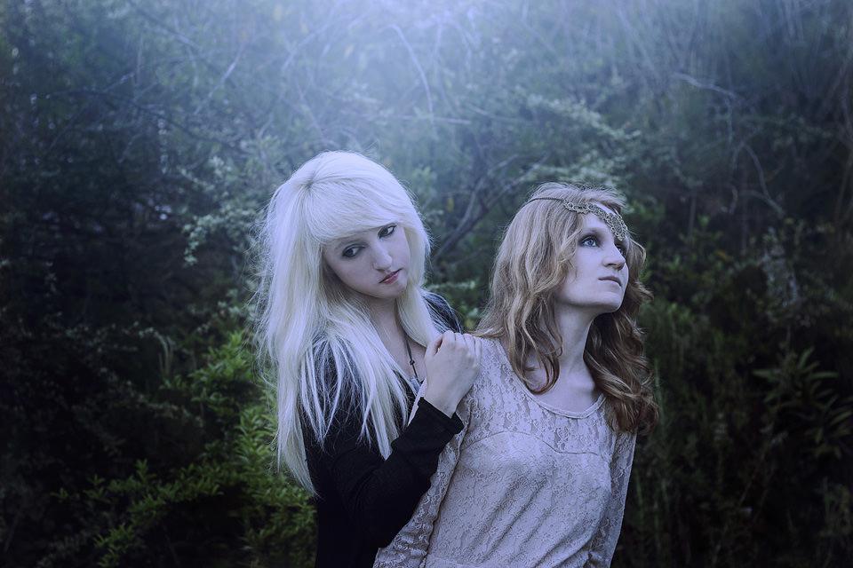 Zwei Mädchen mittig und ganz kitschig schauen verloren und sehnsuchtsvoll in die Welt